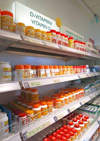 D-vitamiineja apteekin hyllyssä.