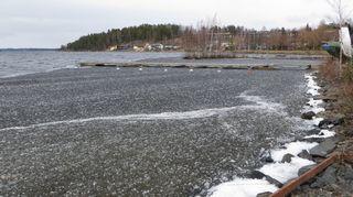 Jäät sulavat Savonlinnan Ilokallionlahdessa.