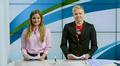 tyttö ja poika uutispöydän ääressä