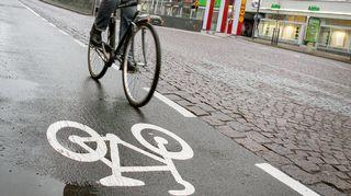 Pyöräilijä ajaa pyöräkaistalla.