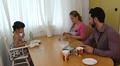 Irakilaisperhe ruokapyödän ääressä.