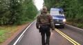 Video: Poliisi kävelee tiellä