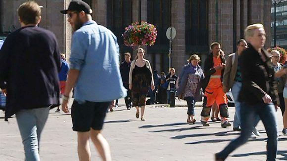 Ihmisiä Helsingin Rautatieaseman edustalla