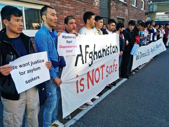 Mielenosoitus maahanmuuttoviraston edessä.