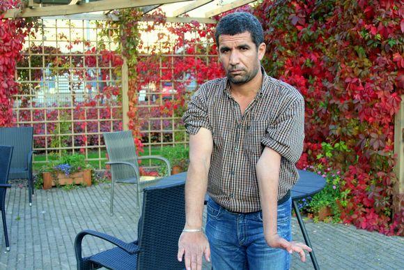 Sahdoon Dzwar sairasti lapsena polion, ikä jätti vasemman käden ja jalan osittain halvaantuneeksi.