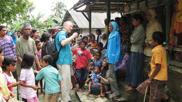 Sosiaali- ja kulttuuriantropologian professori Timo Kaartinen (keskellä) Banda Elin kylässä 2009.