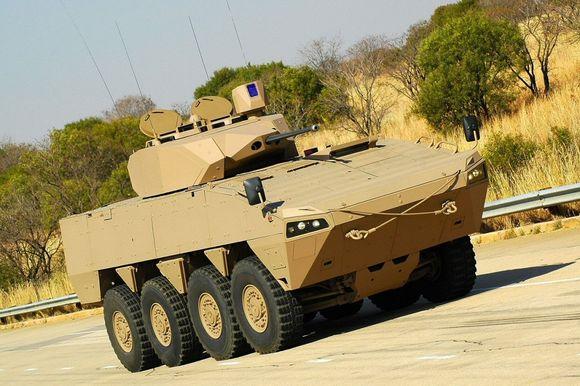 Patrian AMV-panssariajoneuvo savanninruskeana Etelä-Afrikassa.