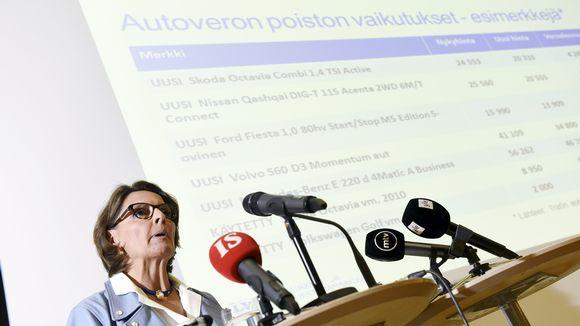 Liikenne- ja viestintäministeri Anne Berner tiedotustilaisuudessa Helsingissä.