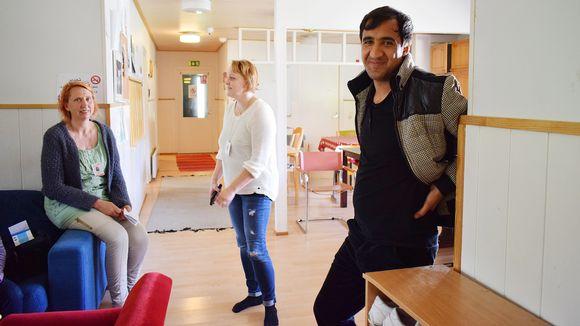Noormuhammad Noori Kyyjärven vastaanottokeskuksessa, taustalla sosiaaliohjaaja Päivi Peltokangas ja vastaava ohjaaja Terttu Niskanen.