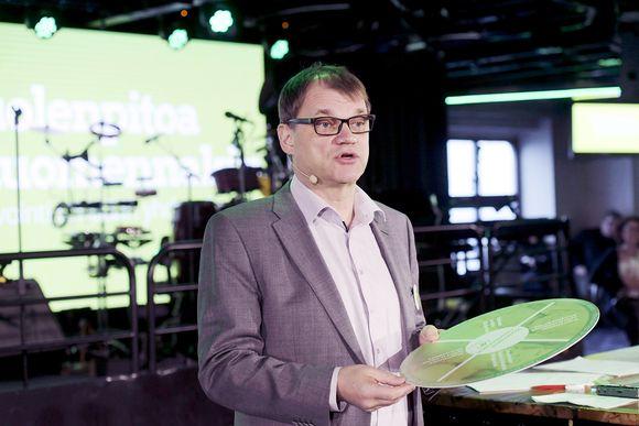 Juha Sipilä puhuu keskustan risteilyllä.