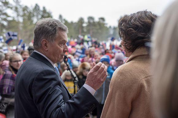 Presidentti Sauli Niinistö ja rouva Jenni Haukio juhlistavat Inarissa saamelaisten kansallispäivää ja tervehtivät saamelaisalueen koulutuskeskuksen oppilaita Saamelaiskulttuurikeskus Sajoksen pihalla Inarissa.