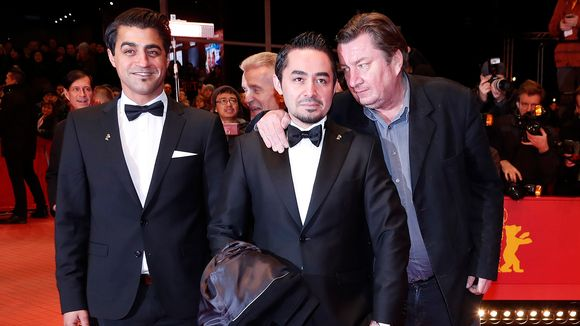 Ohjaaja Aki Kaurismäki kuvattuna Simon Hussein Al-Bazoonin (vas.) ja Sherwan Hajin (kesk.) kanssa Berliinin filmifestivaaleilla 18. helmikuuta.
