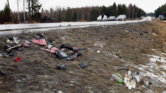 Kynttilöitä ja romua valtatie 12:n varrella Sastamalan ja Nokian rajalla sunnuntaina. Kaksi 17-vuotiasta nuorta menehtyi mopoauton ja pakettiauton kolarissa lauantaina.