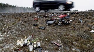 Kynttilöitä ja romua valtatie 12:n varrella Sastamalan ja Nokian rajalla sunnuntaina. Kaksi 17-vuotiasta nuorta menehtyi mopoauton ja pakettiauton kolarissa 18. helmikuuta.