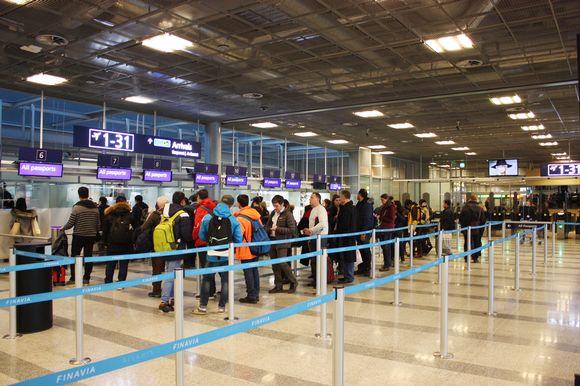 Jonoa passintarkastuksessa