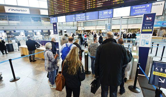 Matkustajia menossa turvatarkastukseen Helsinki-Vantaan lentokentällä.