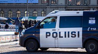 Poliisiauto Helsingin Rautatientorilla.