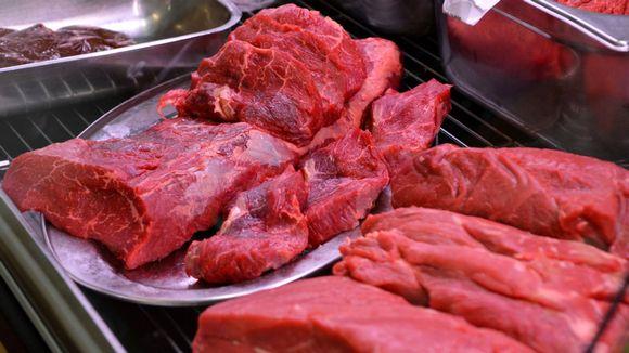 Punaista lihaa porvoolaisen kaupan lihatiskillä.