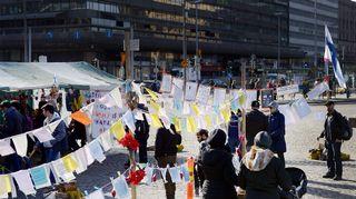 Turvapaikanhakijoiden mielenosoitusleiri Helsingin Rautatientorilla 20. maaliskuuta.