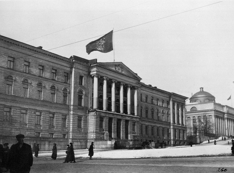 Leijonalippu on nostettu salkoon yliopiston päärakennuksen katolle Venäjän maaliskuun vallankumouksen johdosta.