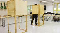 Äänestäjä äänestyskopissa Iivisniemen koululla Espoossa kuntavaalien vaalipäivänä sunnuntaina 9. huhtikuuta.