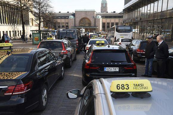 Taksikuskit ruuhkauttivat liikenteen Helsingin Asema-aukiolla mielenosoituksessaan tiistaina 18. huhtikuuta.