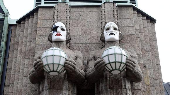 Helsingin päärautatieaseman kivimiespatsaat saivat KISS-kasvomaalaukset 28. huhtikuuta 2017. VR juhlistaa hard rock -yhtye KISSin toukokuista Helsingin-konserttia tarjoamalla neljälle KISS-fanille mahdollisuuden maalata 3D-tulostettuun naamariin jonkun KISSin jäsenen kasvomaalauksen. Naamarit koristavat kivimiehiä huhtikuun lopulta 5. toukokuuta saakka.