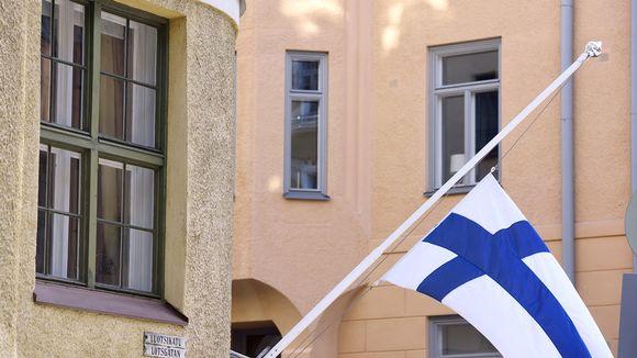 Suruliputus perjantai-iltana kuolleen entisen tasavallan presidentin Mauno Koiviston muistoksi Luotsikadulla Helsingissä lauantaiaamuna