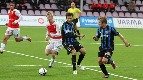 Interin Irakli Sirbiladze ja Mika Ojala taistelevat keskikentällä MYPA:n Ville Saxmanin kanssa.