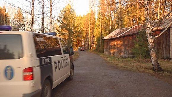 Poliisiauto liikkeellä murhapaikalla Marinkylässä Kotkassa.