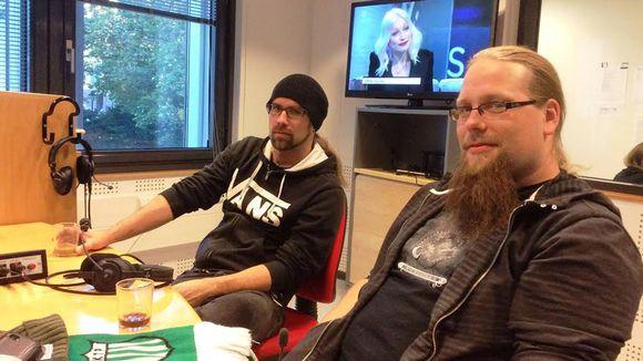 Kitaristi Markus Vanhala ja kosketinsoittaja Aapo Koivisto Yle Kotkan studiossa