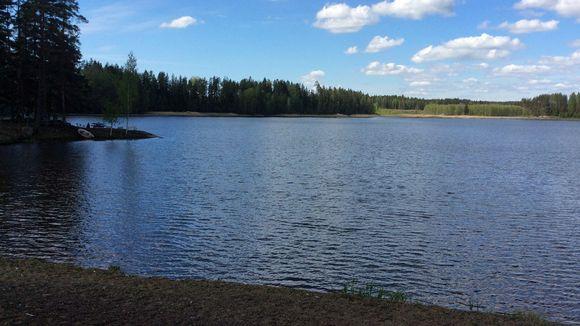 Kesäinen Hulkkianjärvi.