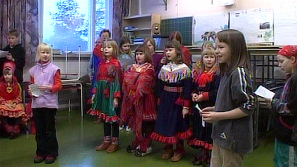 Saamelaisia lapsia luokkahuoneessa.