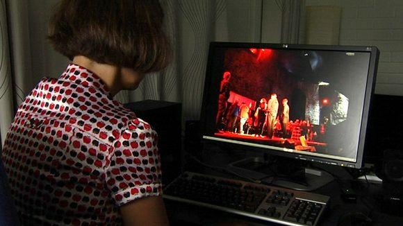 Nainen tietokoneen ääressä.