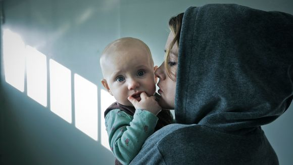 Kohtaus elokuvasta 8-pallo. Jessica Grabowsky on 8-pallo-elokuvan Pike, vankilasta vapautuva pienen tytön äiti.