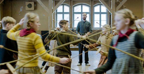 Lapset harjoittelevat miekkailua kepeillä