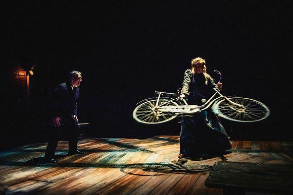 nainen pyörittää polkupyörää