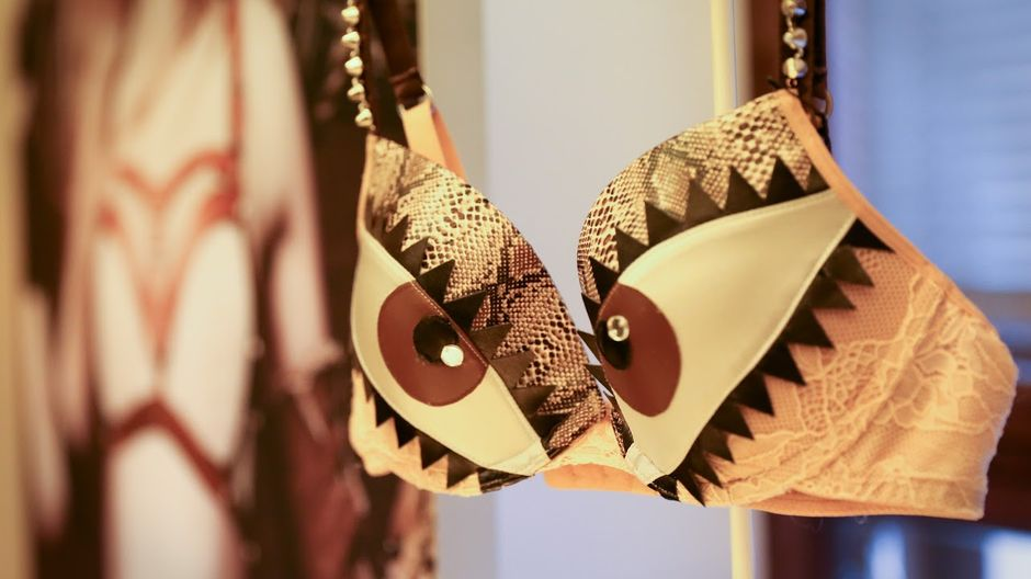 Rintaliivit, joiden kupeissa on silmät