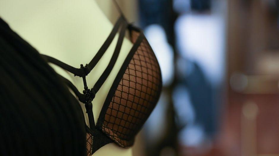 yksityiskohta rintaliiveistä, joissa koristeellisia nyörejä