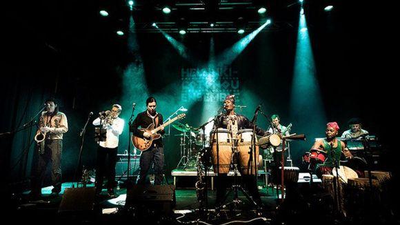 Helsinki-Cotonou Ensemble lavalla.