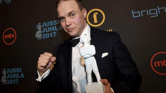 Parhaan miespääosan Jussi-patsaan vastaanotti Jarkko Lahti elokuvasta Hymyilevä mies