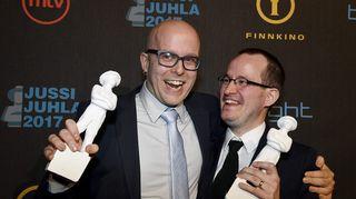 Parhaan elokuvan Jussi-patsaan vastaanottivat ohjaaja Juho Kuosmanen ja tuottaja Jussi Rantamäki (vas.) elokuvasta Hymyilevä mies
