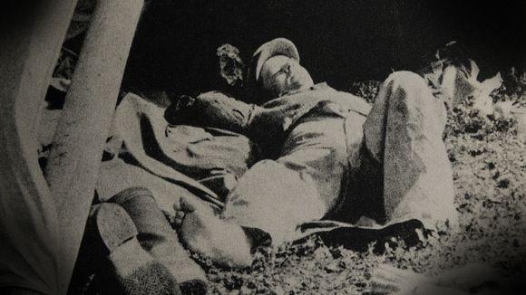 """Kelokämppä-kirjan kuvassa kirjailija Jorma """" Hako"""" Ollikainen huilaa töiden lomassa auringonpaisteessa."""