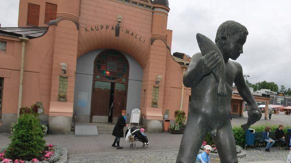 Veljmies-patsas ja Kuopion kauppahalli vanhassa maalissa.