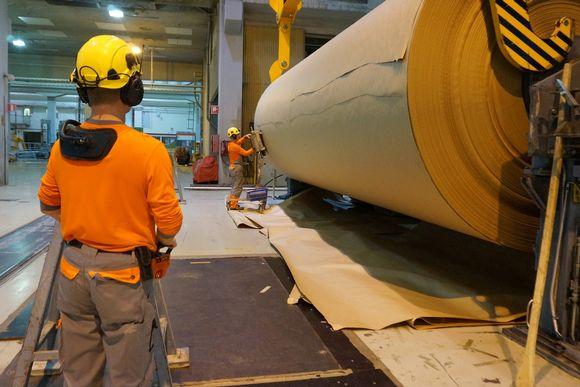 Työntekijöitä aaltopahvia valmistavalla koneella Stora Enson tehtaalla Varkaudessa
