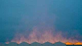 Kasvihuoneen katto höyryää pakkasessa.