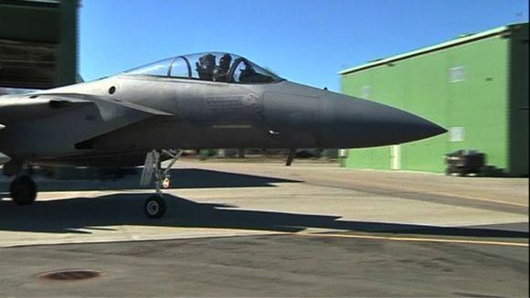 F-15-hävittäjä rullaa kentällä.