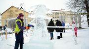 Laura Vaalimaa työstää Lohikäärme-teostaan jäänveiston SM-kisoissa Varkaudessa.