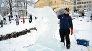 Timo Koivisto työstää teostaan jäänveiston SM-kisoissa Varkaudessa.
