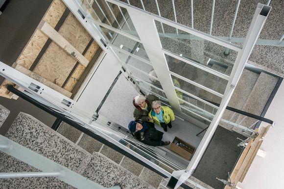 Ritva Räisänen, Aino Westman ja Elvi Husso seisovat hissikuilussa.
